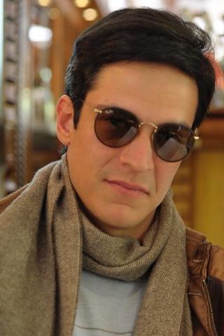 e65ebb501 Ator Matheus Solano em viagem foi fotografado usando um óculos do modelo Round  Frame.