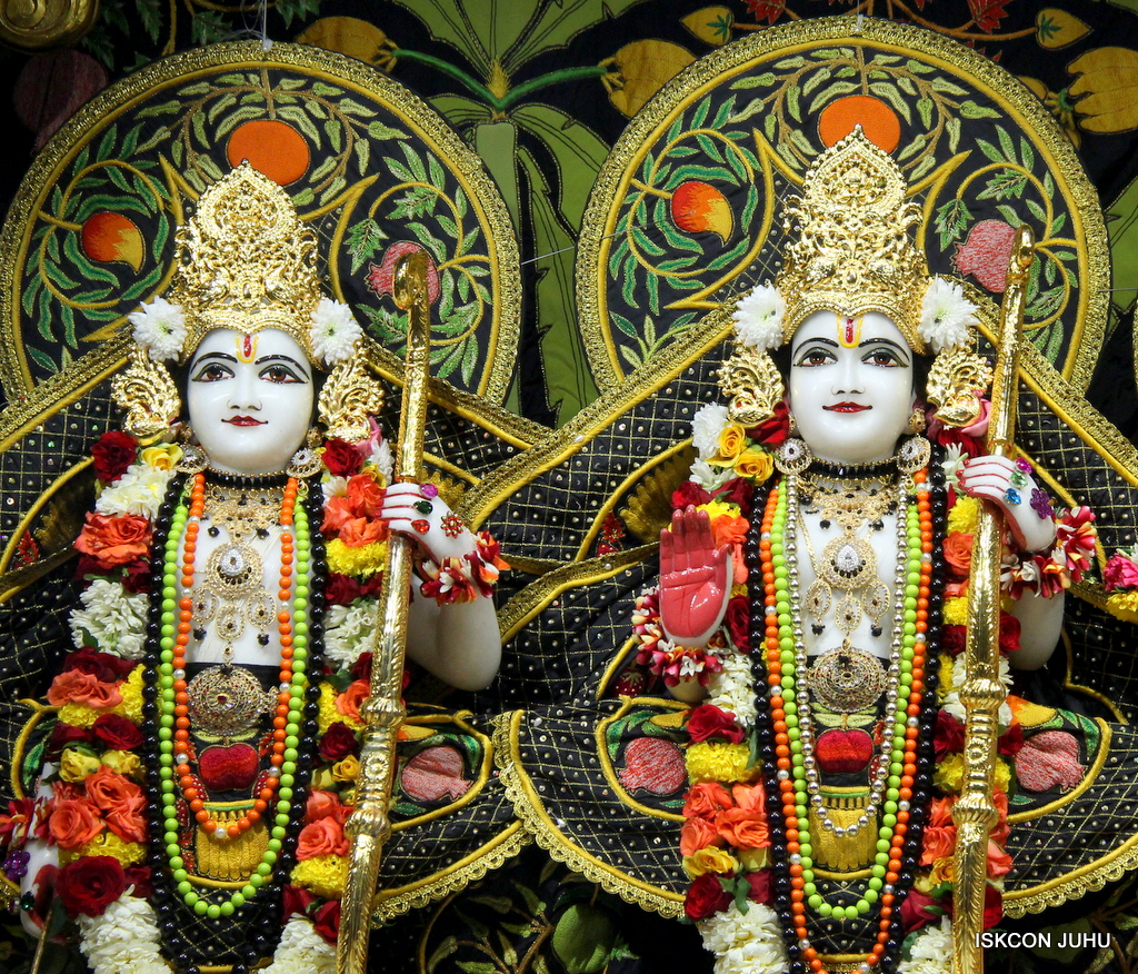 ISKCON Juhu Sringar Deity Darshan on 19th Nov 2016 (32)