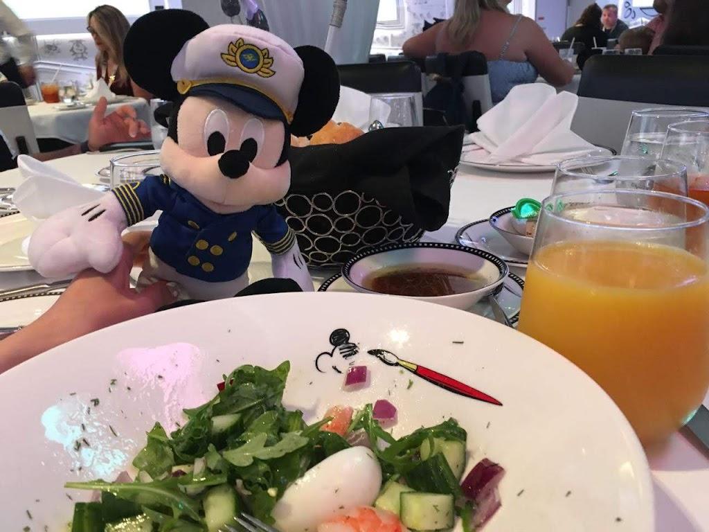 レストラン『アニメーターズパレット』でミッキーと
