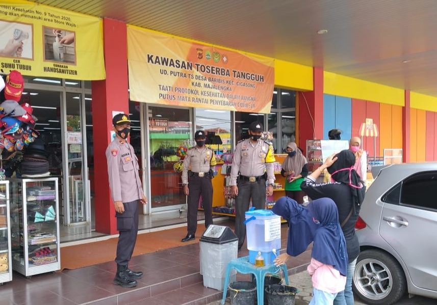 Wakapolsek Cigasong Pantau Langsung Prokes Pada Pengunjung Toko UD