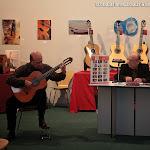 Durante la conferencia el guitarrista y concertista Givanni Grano fue haciendo una demostración de los diferentes sonidos de una misma guitarra con diferentes juegos de cuerdas.