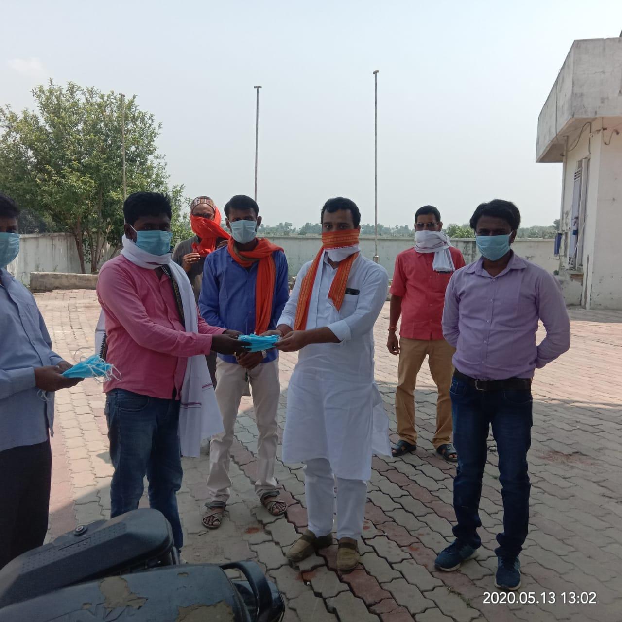 भाजपा नेता पंकज सिंह ने कोरोना को लेकर किया जागरूक, कोरोना योद्धाओं के बीच किया मास्क एवं सैनिटाइजर का वितरण