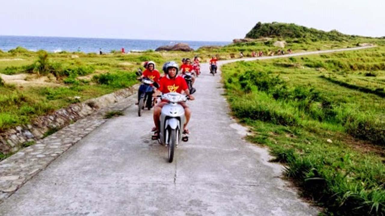 Bạn có thể tự di chuyển tới Cô Tô bằng cách đi xe máy hoặc xe khách để tiết kiệm