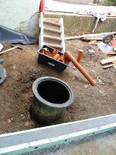 Photo: Die Rohre für die restlichen Anschlüsse werden verlegt... hoffen wir mal dass das Wetter so sein wird, dass noch was gemacht werden kann, aber das wichtigste ist nun getan......vorläufig mal Baustellen Ende bis ? Wir berichten sollte sich was tun.