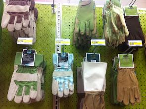 Photo: Había tantos guantes de jardinería que me dió trabajo escoger. ¿Adivina cuáles compré? tip: puedes verlos al final de este album :)