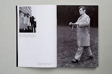 2 foto's: 3 mannen, hand omhoog om te voelen of het regent, waarvan er 2 onder een parapluie, en een lopende man met een detector