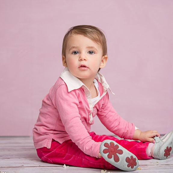 Ein Mädchen in Rosa beim Fotoshooting.