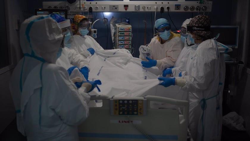 La carga en los hospitales almerienses no cesa en esta tercera ola.