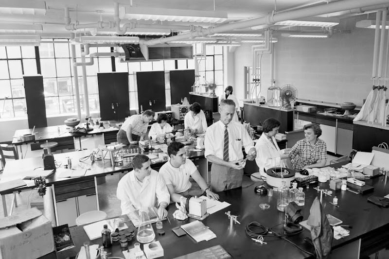 Photo: On July 19, 1961, this Chemistry class at 2 Cummington Street was simply brimming with activity.