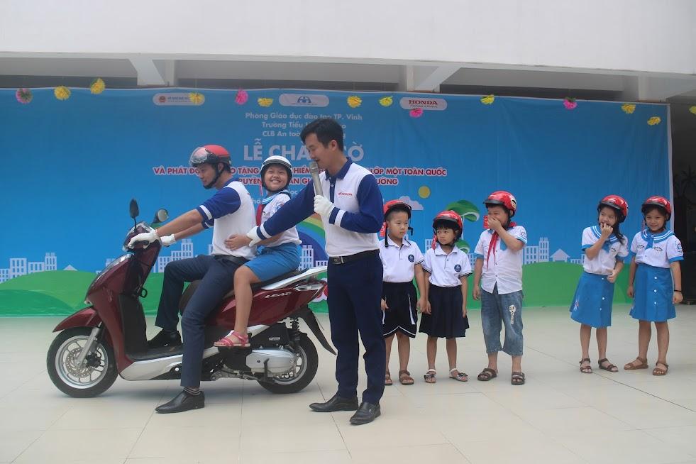 Honda Hưng Phát thực hành kỹ năng đội mũ bảo hiểm cũng như ngồi sau xe gắn máy đúng quy định cho các em học sinh