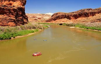 Photo: Plusieurs excursions de rafting ou de kayaking sont organisées chaque jour sur cette partie plutôt calme du Colorado.