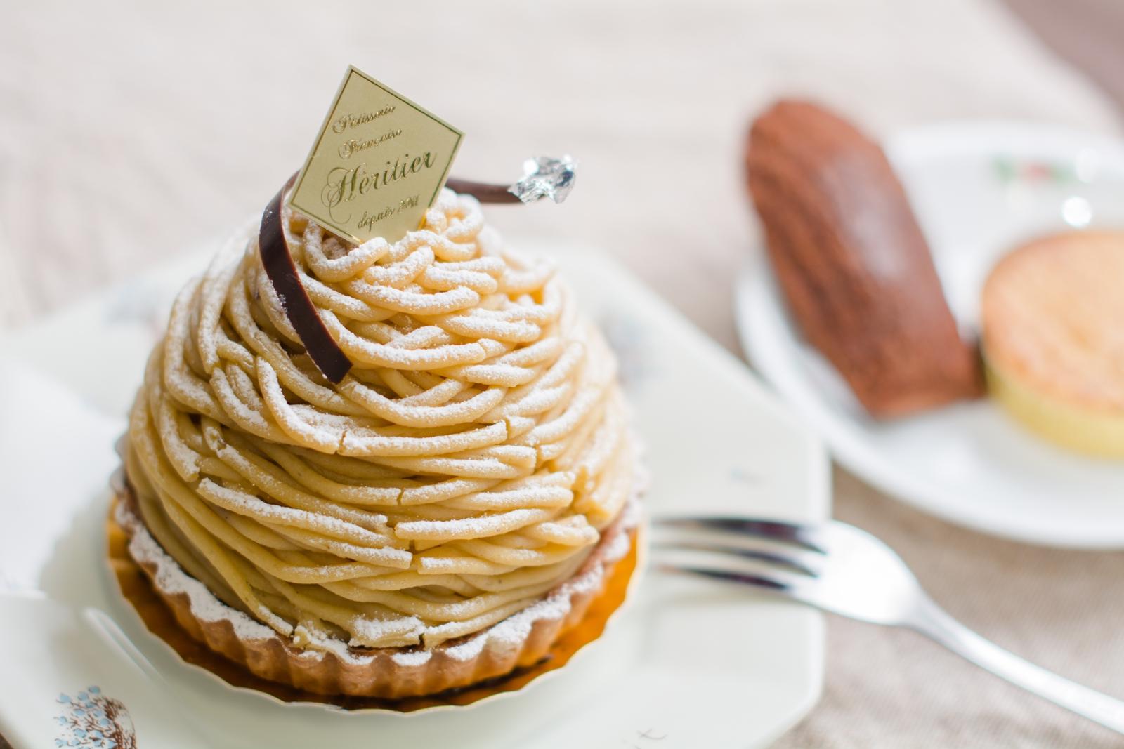 Photo: 「WA・GU・RI」 フランス菓子 エリティエ  エリティエさんの和栗のモンブランです♪ 以前いただいた「HAKUSAN」というモンブランよりも 栗の風味が強くサイズも一回り大きいので 栗のスイーツに目がない方には ぜひオススメしたい一品です☆ たっぷりと絞られたマロンクリームの中には ホイップクリームもたっぷりと♪ 栗の実もころっと隠れています^^ そこはサクッとしたタルト生地になっていて 生地もしっかりと楽しめるのが嬉しいですね!  それからお供に焼き菓子を♪ 「マドレーヌ・ショコラ」と 「ガレット・ブルトンヌ」です。 マドレーヌは弾力のある生地が 口に入るとほろっと溶けて ショコラが心地良く口に広がり、 ガレットの方はサックサクな食感に 香ばしさを楽しむことができました^^  「 +フランス菓子 エリティエ 」 < http://goo.gl/IwWEoa > #ケーキの日 #ごちそうフォト #cooljapan #365cooljapanmay Nikon D7100 Nikon AF-S NIKKOR 50mm f/1.4G [ Day180, November 8th ]