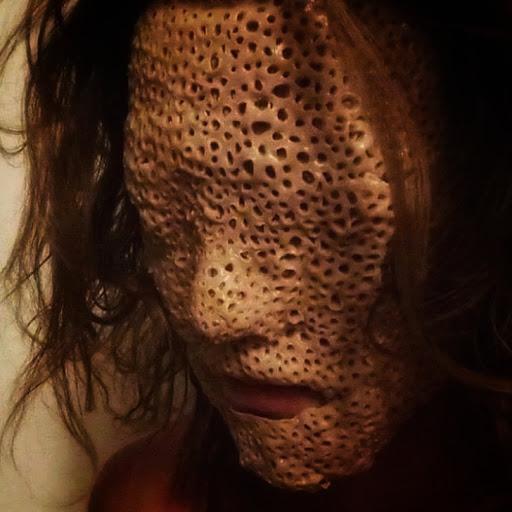 Rostro de una chica destruido por mascara facial de semillas