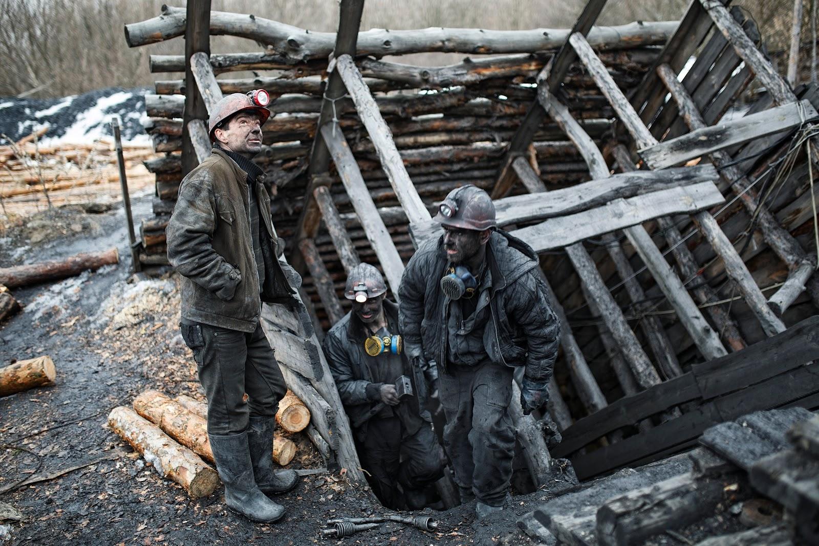 ДОБРАЛИСЬ ДО НЕДР: В оккупированных районах Донбасса резко выросло число копанок, уголь из которых продают в Украину (на фото — копанка в оккупированном Снежном, 2015 год)