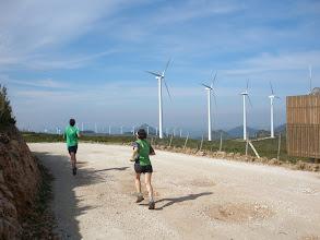 Photo: parque eólico de Aláiz.  Al fondo se asoma la Peña de Unzué.