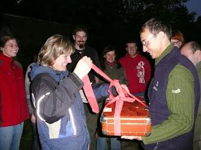 Photo: Svíca Simony a Kokese, předání předsvatebního daru, cestovního kufru s nezbytnou výbavou na dovolenou