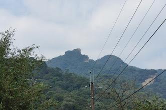 Photo: 左側那造型奇特的就是石筍尖,從這角度完全看不出筍樣,右側圓渾的應該是三坑山