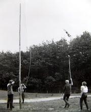 Photo: JG kamp Lemele 1962 Lute Enting wil met een hooivork de vlag vangen... De vlag hijsen en strijken was een vast ritueel op kamp. Wie staan nog meer op de foto?