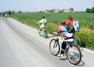 Photo: Martino pedala come una schegge... noi fatichiamo a stargli dietro!