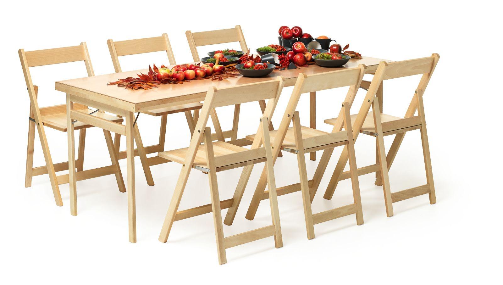 Hopfällbart Fixbord tillsammans med den fällbara stolen Klappstolen i trä, boknatur.