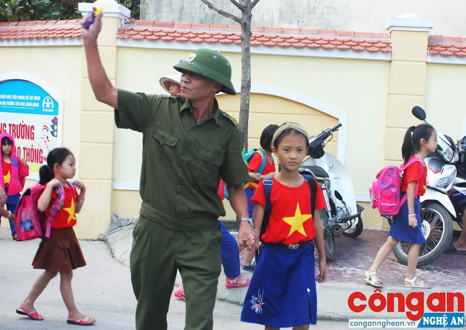 """Mô hình """"Cổng trường trật tự, ATGT"""" tại thị trấn Quán Hành, huyện Nghi Lộc được đánh giá là một mô hình hoạt động có hiệu quả"""