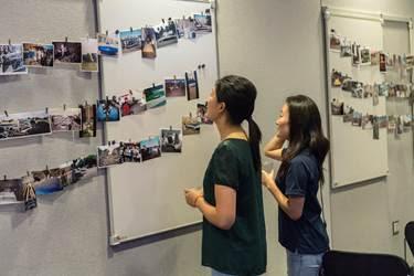 ANSYS Посетители выставки рассматривают фотографии команды