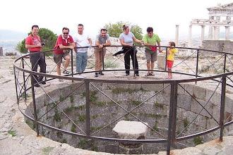 Photo: Akropolis-26.09.2010 Dilek kayasının üzerine attığımız paraların tamamı aşağıya düştü. Galiba dileklerimiz olmayacak! (Sn.Vardar ACAN tarafından çekilmiştir.)
