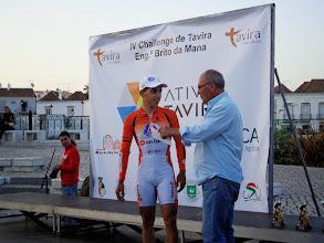 Photo: Rogério Teixeira, Presidente da Associação de Ciclismo do Algarve, na entrega de prémio a André Mourato, da LA/Antarte, vencedor da IV Challenge Eng.º Brito da Mana, Tavira