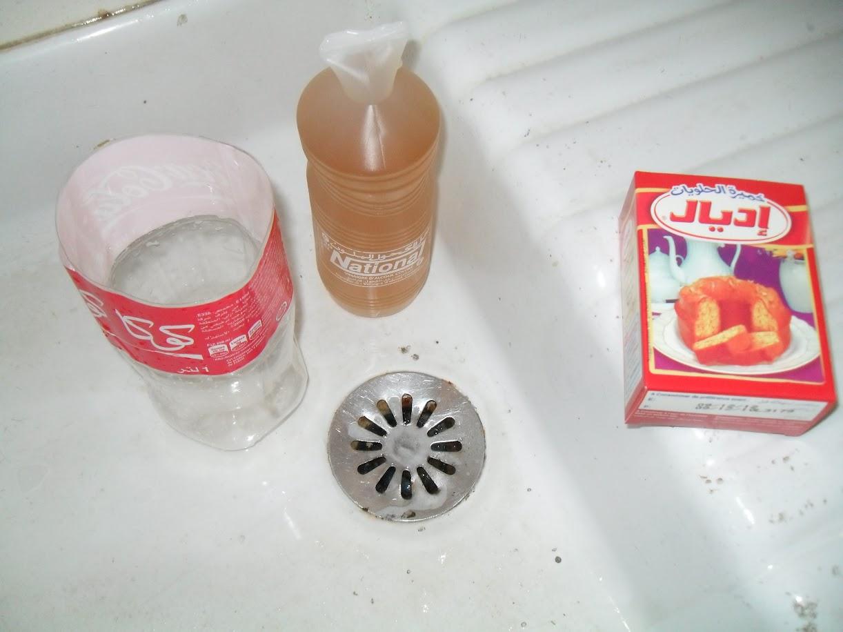 unclogging a drain naturally using vinegar and baking soda