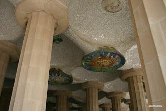 """Photo: Barcelona - Mozaiki wśród kolumn na """"suficie"""" - ogródek Gaudiego"""