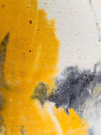 béton coloré à l'effet marbré au coloris jaune et anthracite