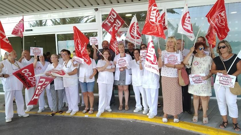 Sindicatos y empleados en la concentración a las puertas de Torrecárdenas