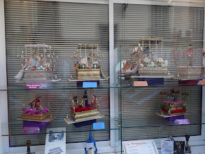 Photo: A side street shop window displays models of tronos