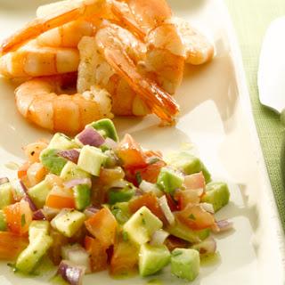 Garnalen Met Een Salsa Van Tomaat, Avocado En Rode Ui