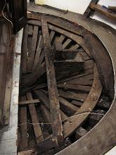 Photo: Le pont est déposé.  Le barrot arrière est abimé. La boite de jaumière (par où passe la mèche de safran (gouvernail)) n'était plus étanche. Ils seront remplacés.