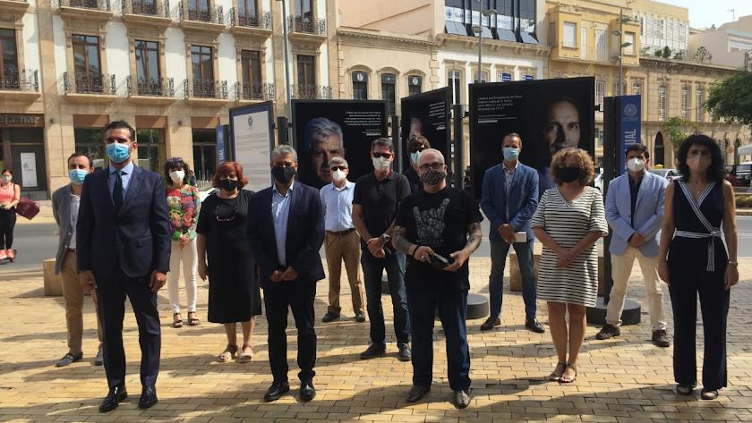 Investigadores y autoridades posan junto a la exposición en Puerta de Purchena.