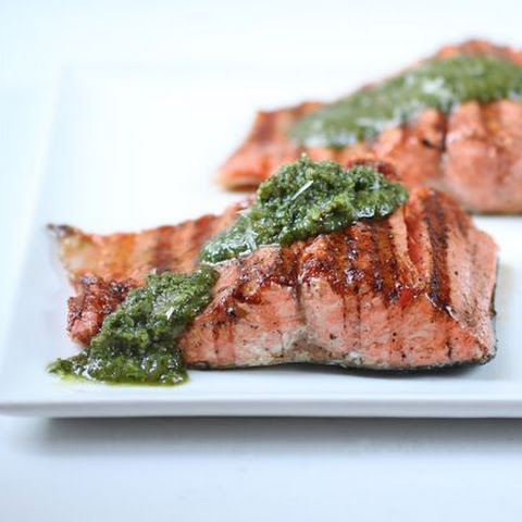 Grilled Salmon Fillets with Pesto Recept | Yummly