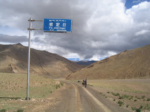 Photo: A junction and a sign to Old Tingri, but first we had to visit Everest BC