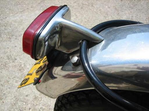 """Feu arrière """"US"""" d'une Triumph Bonneville export de 1966 restaurée par Machines et Moteurs"""