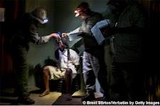 gevangene met bewakers; ondervraging?