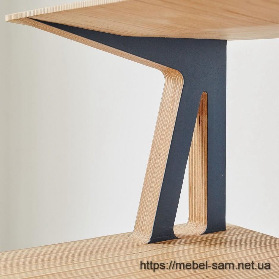 видна стыковка различных фанерных деталей стола