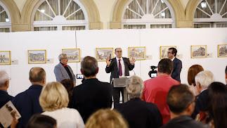El editor Juan Grima entre el ilustrador Emilio Sánchez y el diputado Antonio J. Rodríguez.
