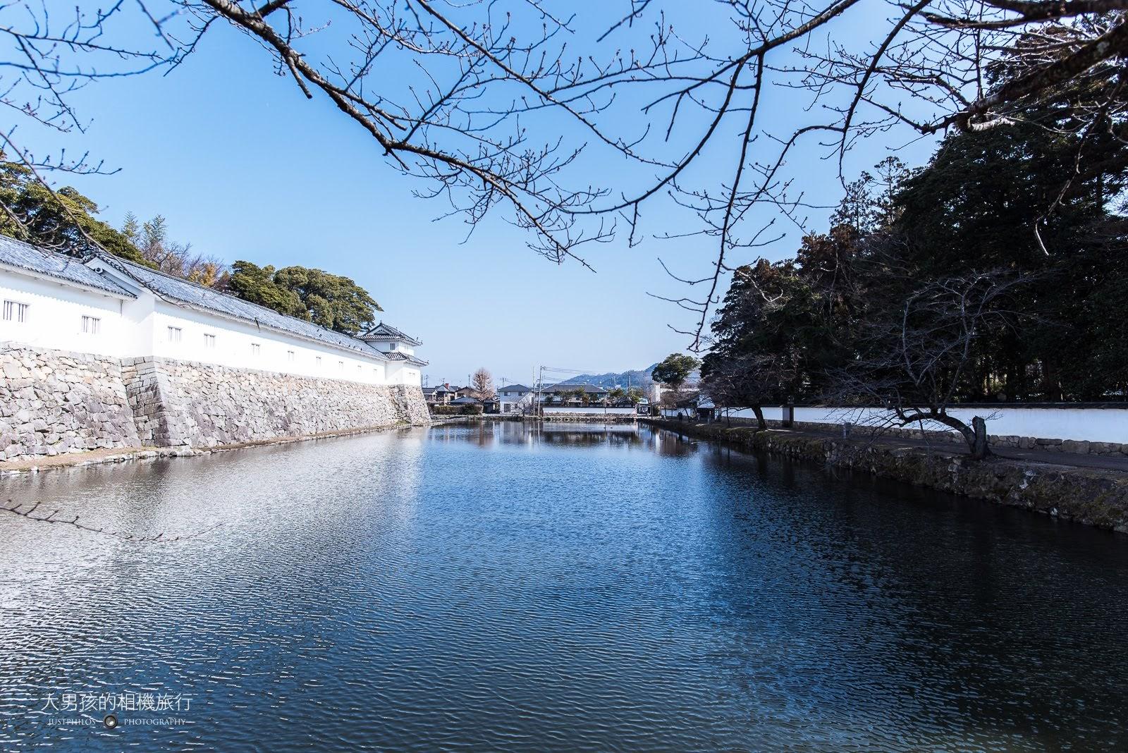 另一個角度的護城河,雖然沒有櫻花還是相當美麗。