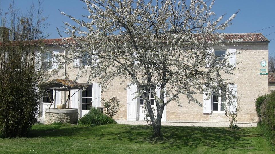 La Fermette gîte 3 étoiles à Surgères près de La Rochelle dans le jardin clos, le ceriser en fleurs