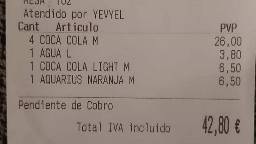 Cada refresco costaba 6,50 euros y el agua 3,50.