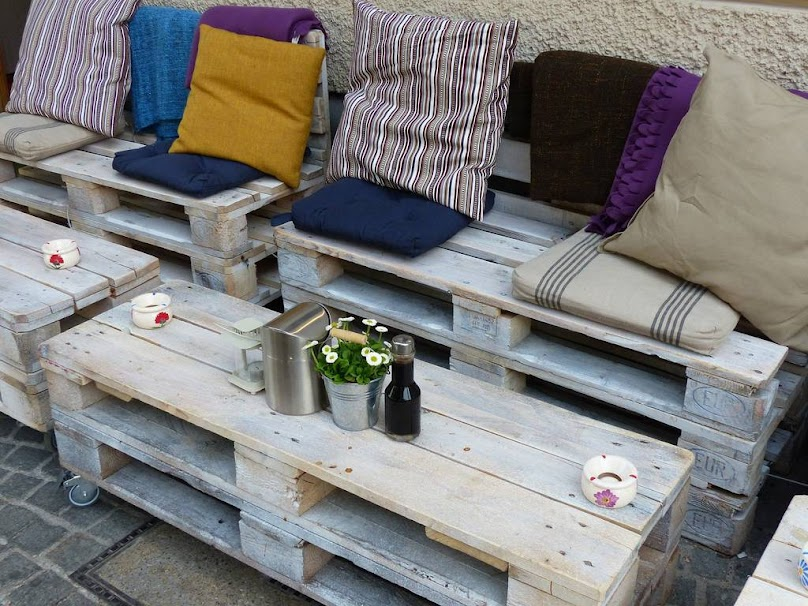 Stoliki i kanapy z palet - oryginalne meble ogrodowe