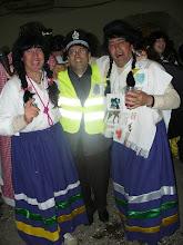 Photo: Els guàrdies amb els peruans