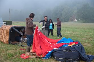 Photo: Préparation au sol, attache de l'enveloppe au bas du ballon