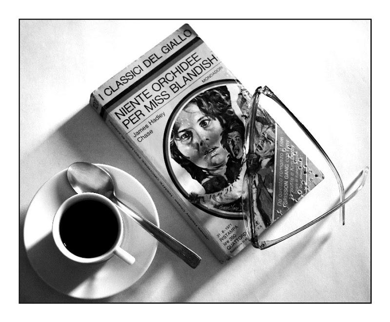 Caffè nero e libro giallo di d