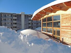 Photo: Rayons de soleil d'hiver sur le bâtiment d'accueil et la piscine